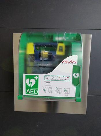 Defibrilator dostopen v NLB poslovalnici Ig