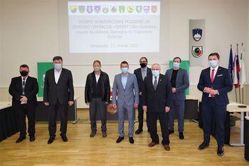"""Župani 11 občin podpisali konzorcijsko pogodbo za izvedbo operacije """"Smart Life"""""""