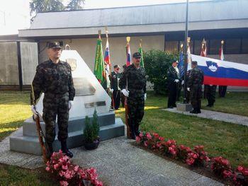Dvig slovenske zastave ob obeležju braniteljem slovenske samostojnosti