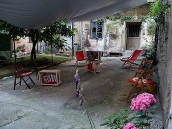 Knjižnica pod krošnjami ponovno na vrtu galerije Škuc