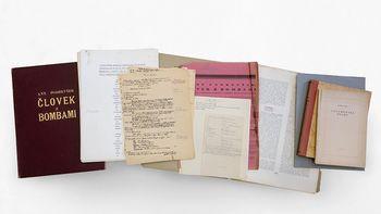 Predaja pesniške zbirke Antona Podbevška Človek z bombami Novemu mestu