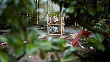 Knjižnica pod krošnjami na skritem vrtu Hostla Situla