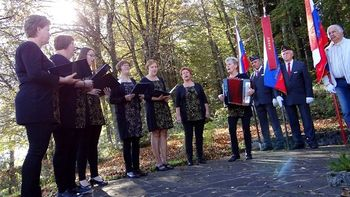 Slovesnost na Ruperč vrhu pri spomeniku padlih borcev