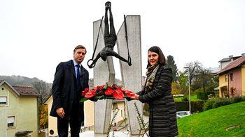 Položili cvetje ob spomeniku Leona Štuklja