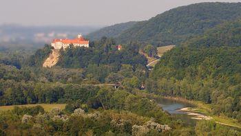 Javno naročilo za obnovo desnega trakta gradu Borl