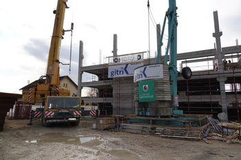 Dela za izgradnjo parkirne hiše P+R Grosuplje lepo napredujejo