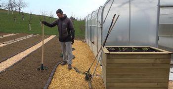 Virtualna delavnica za vrtičkarje: Prva dela v vrtu in postavitev gredic