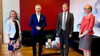 Minister Janez Cigler Kralj pozorno prisluhnil vsem vpletenim pri reševanju romske problematike