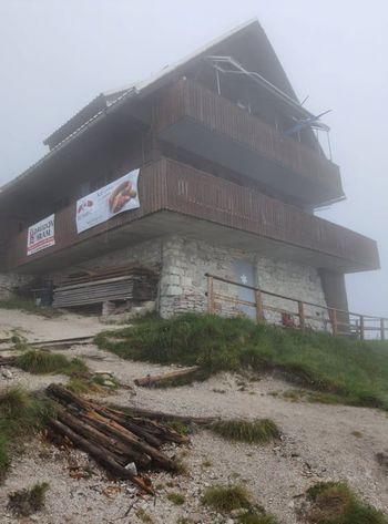 Najbolj vztrajni planinci v dežju na Golico