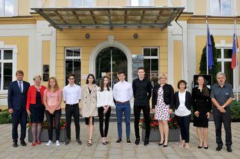 Župan občine Ravne na Koroškem sprejel 5 zlatih in 2 diamantna maturanta ravenskih srednjih šol