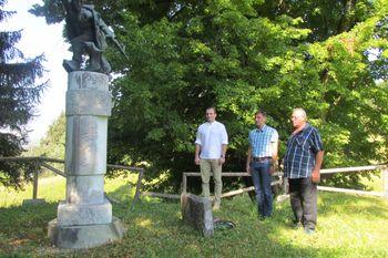Občinska delegacija položila venec k spomeniku na Obranci