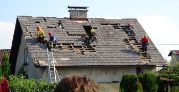 Organizacija krovcev iz vse Slovenije za popravilo streh po toči na območju občine Domžale