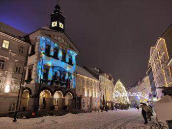 Mestna hiša zadnje decembrske dni odeta v zimsko pravljico