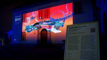 V večernih urah na pročelju Knjižnice Mirana Jarca na ogled interaktivna razstava