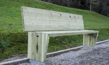 Iz odsluženega lesa nove klopi za Žiri