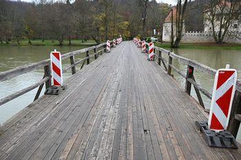 Prenavljal se bo leseni most na Otočcu
