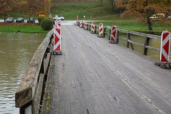 Od 15. februarja popolna zapora lesenega mostu na Otočcu