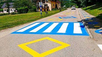 Ob OŠ Otočec barvita ureditev cestišča za večjo varnost otrok