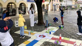 Igra Človek razgibaj se premierno na Glavnem trgu