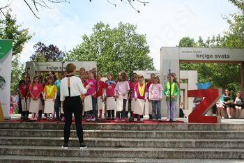 Nastop učencev v parku Deklice z rastočo knjigo