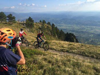 Britanski novinar James McKnight kolesaril po Vipavski dolini