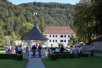 Si želiš delati kot hostesa na porokah v Polhograjski graščini?