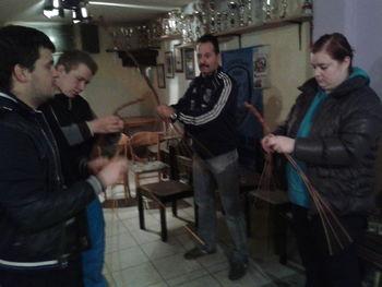 Pletenje kardebačev za humanitarne namene
