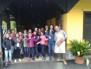 Učenci oddelka za godala na obisku v goslarski delavnici Skaza