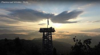 Z dronom nad stolpom in kočo na Planini