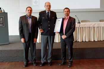 Svečana listina Javne agencije Republike Slovenije za varnost prometa v roke Policijski postaji Bovec