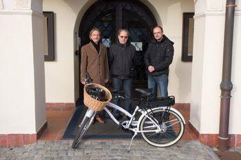 Celostna prometna strategija - nagrajenec je prejel električno kolo