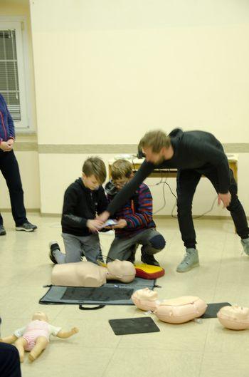 Tečaj temeljnih postopkov oživljanja z uporabo defibrilatorja na Cesti