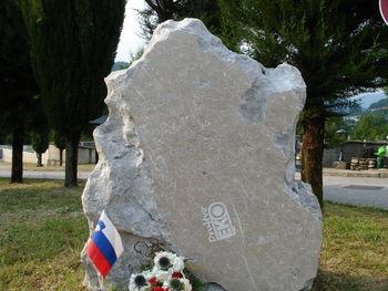 Postavitev spominskega obeležja žrtvam azbesta  v Kanalu