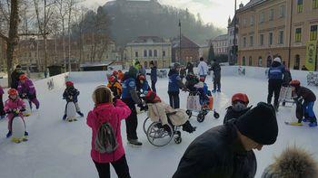 Učenci litijske šole s prilagojenim programom na Miklavževem drsanju v Ljubljani