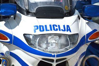 Policistko vlekel za lase