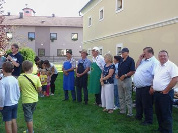 Trgatev stare potomke z Lenta, prešanje in pokušina grozdnega soka v Novi Cerkvi
