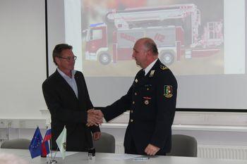 Svečan podpis pogodbe za novo gasilsko vozilo