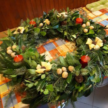 Pletli adventni venček v Slovenskih Konjicah