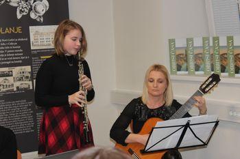 Otroci pojejo slovenske pesmi in se veselijo - glasovanje za našo učenko