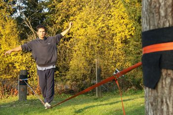 Druženje mladih in hoja po vrvi
