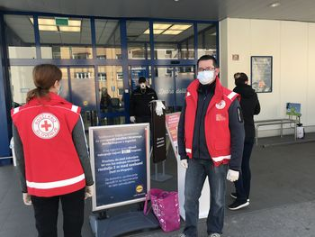 Tržiški prostovoljci pred trgovinami opozarjali starejšo populacijo na uporabo zaščitnih sredstev