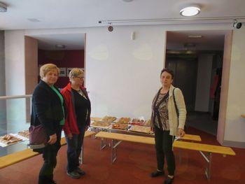 Članice društva kmečkih žena sodelovale  v ocenjevanju  jabolčnega zavitka.