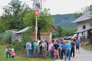 Konjerejci članu Grum Francu za 60 jubilej postavili mlaj