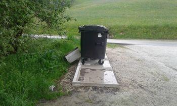 Novi veliki zabojniki za odpadke ob Gradiškem jezeru