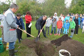 Učenci in učitelji tradicionalno posadili drevo