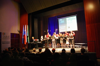 Mešani pevski zbor Dvor ob Krki na Območni reviji odraslih pevskih zasedb