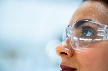 Spodbujamo ženske v poklicih znanosti, tehnologije, inženiringa in matematike