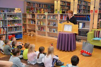 Pravljično gledališče Maje Furman na obisku v Občinski knjižnici Prebold