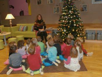 Otroci Vrtca Prebold na predprazničnem obisku v knjižnici