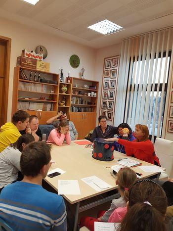 SOŽITJE na februarskem druženju v žalski knjižnici z loncem na pike in s pikapolonico Lili